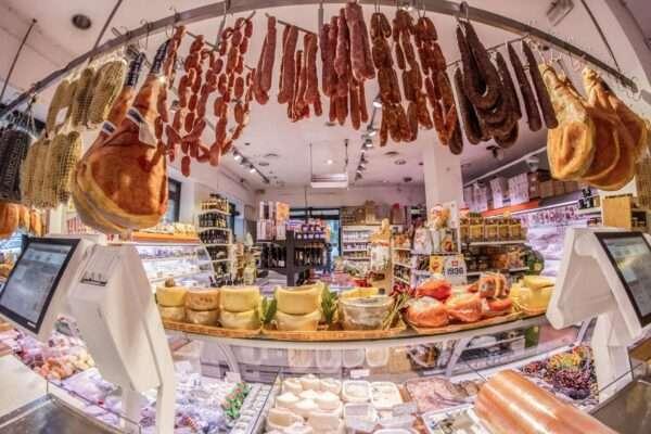 banco norcineria prodotti salumi e formaggio, prosciutti